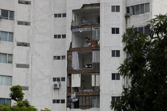 A damaged building is pictured in the aftermath of the earthquake in Acapulco, in Guerrero state, Mexico, September 8, 2021. REUTERS/Edgard Garrido 〈저작권자(c) 연합뉴스, 무단 전재-재배포 금지〉