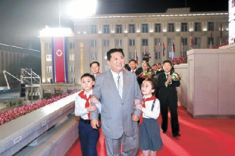 공식 깬 北열병식…ICBM 대신 트랙터 등장했다