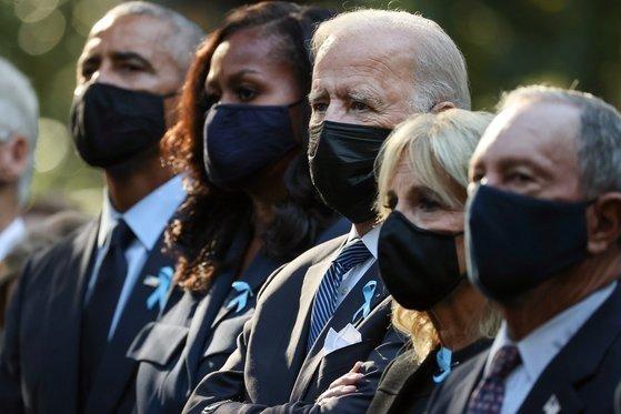 조 바이든 미국 대통령(가운데)이 11일(현지시간) 9.11 테러 20주년 기념 추모행사에 참석했다. 왼쪽부터 버락 오바마 전 대통령과 부인 미셸, 바이든 대통령과 부인 질, 마이클 블룸버그 전 뉴욕시장. [로이터=연합뉴스]