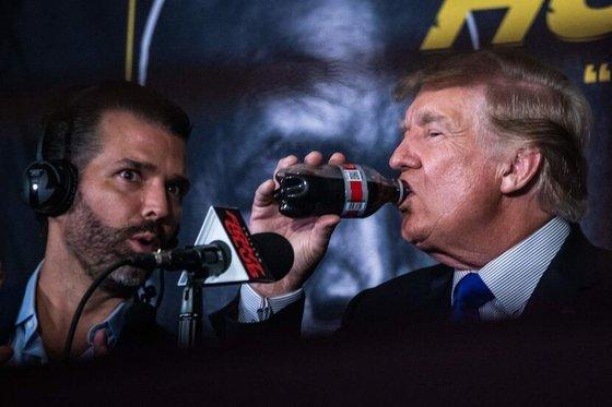 도널드 트럼프 전 미국 대통령이 11일(현지시간) 미 플로리다 주(州)에서 열린 복싱 경기에서 해설자로 나서 음료를 마시고 있다. [AFP=연합뉴스]