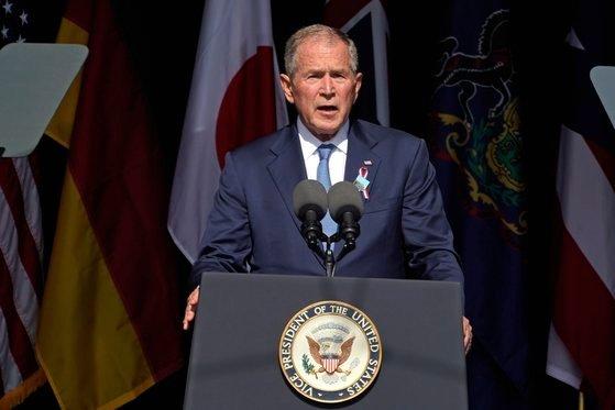 """조지 W 부시 전 미국 대통령은 9.11 테러 20주년인 11일(현지시간) ″미국의 단합이란 측면에서 그 시절은 지금의 우리와는 동떨어진 것 같다″며 """"해외의 폭력적인 극단주의자와 국내의 폭력적 극단주의자 사이에 문화적 공통점이 크지는 않다″고 말했다. [AP=연합뉴스]"""