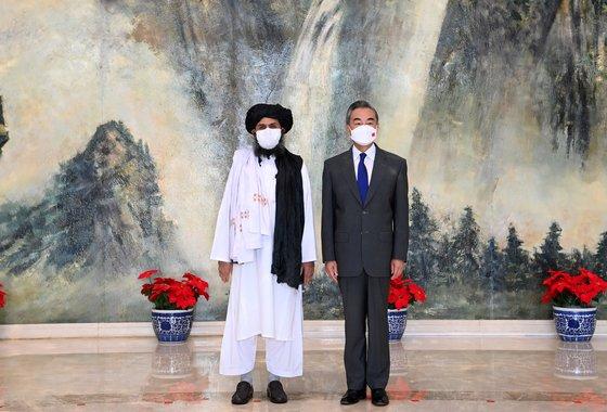 탈레반 지도부 2인자 압둘 가니 바라다르가 지난 7월 중국 톈진에서 왕이 중국 외교부장을 만나고 있다. [신화통신=연합뉴스]