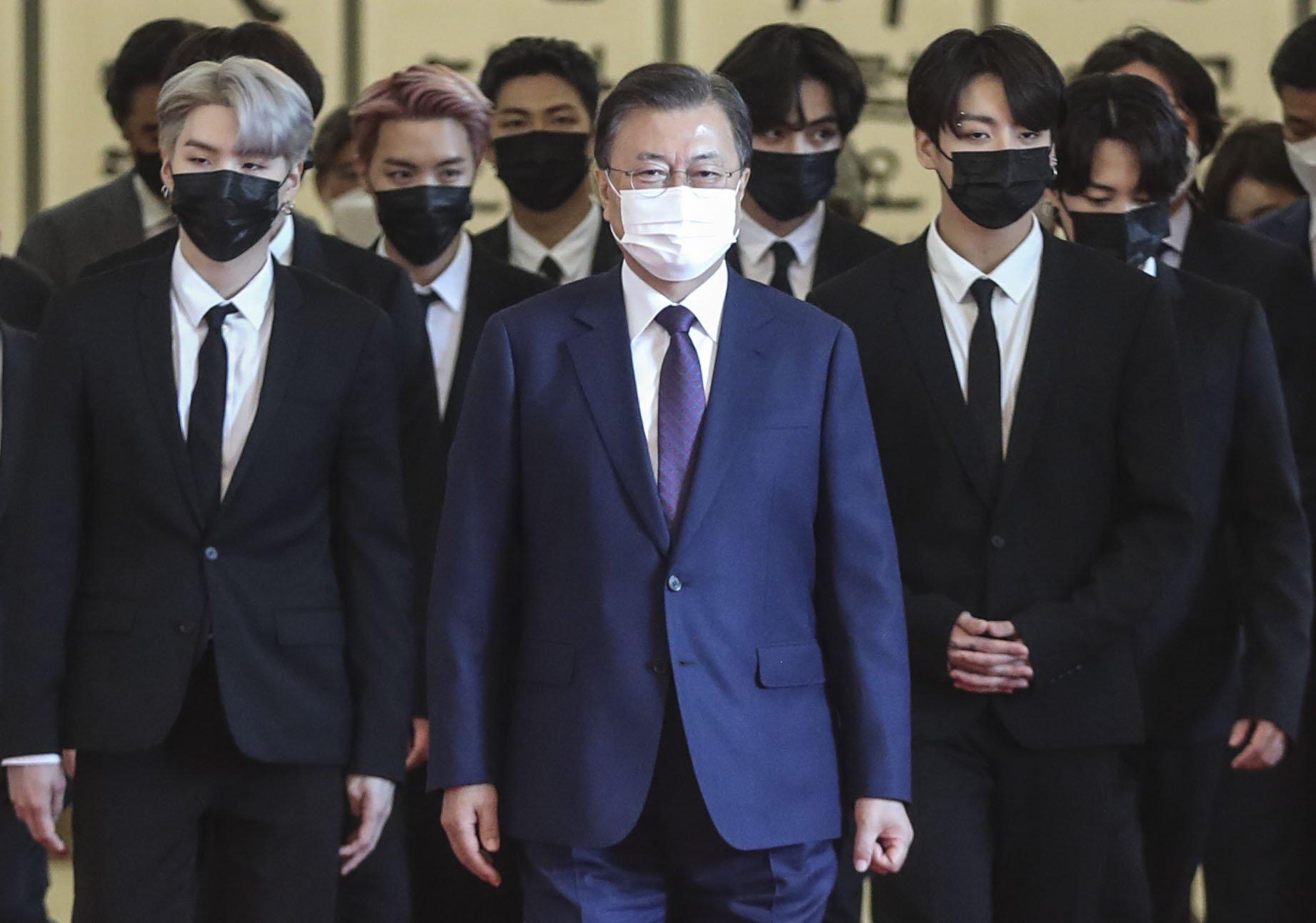 BTS, 청와대서 붉은 '외교관 여권' 받았다…제이홉 '엄지 척' [이 시각] | 중앙일보