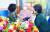 정부의 추석 특별방역 대책으로 13일부터 오는 26일까지 요양병원·시설에서 환자와 면회객 모두 백신 접종을 마친 경우 대면 면회가 허용된다. 이날 경기도 수원의 요양병원에서 부모가 자식들을 만나고 있다. [뉴시스]
