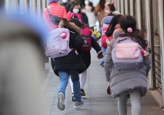 지난 1월 학생들이 등교하고 있는 모습. 뉴스1