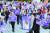 지난 9일(현지시간) 캐나다 퀘벡주 남서부의 도시 가티노에 있는 캐나다역사박물관에서 열린 연방 총선 토론회에 극우 정당 캐나다인민당(PPC)의 대표 막심 베르니에가 참석하지 못한 데 대해 PPC 지지자들이 불공정하다며 항의 시위를 벌이고 있다. [로이터=연합뉴스]