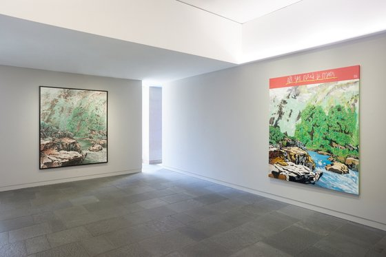 전시장에 걸린 우재경 화백의 작품(왼쪽)과 우국원의 유화 작품. [사진 노블레스]
