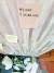 자영업자들은 코로나19 사태 장기화와 문재인 정부의 비과학적 방역 지침 때문에 죽음으로 내몰린다며 대책을 호소하고 있다. 생활고를 겪다 극단적인 선택을 한 서울 마포의 맥줏집 50대 여사장을 추모하는 시민들이 점포 앞에 국화꽃과 추모 메시지를 갖도 놓은 모습. [연합뉴스]