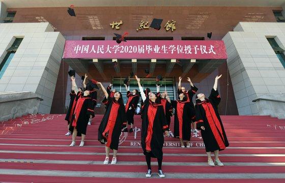 중국 대학생의 2020년 졸업식 풍경. 사진은 기사 내용과 직접 관련이 없음. [신화=연합뉴스]
