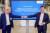 토마스 쉬멜 폴크스바겐 기술 이사(오른쪽)와 프랭크 블롬 배터리 유닛 대표가 독일 잘츠기터 연구소에서 전기차 배터리 투자 계획을 발표하고 있다. 폴크스바겐은 배터리셀 생산에 41조원을 투자할 계획이다. 사진 폴크스바겐