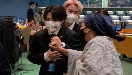 가슴 부여잡고 '휴'~BTS도 떨었다…UN부총장 트윗사진 화제