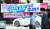 23일 대구 도심의 한 교차로에 경기도 성남시 대장동 개발사업 특혜 의혹과 관련한 회사인 화천대유의 소유주를 묻는 현수막이 걸려 있다. [뉴스1]
