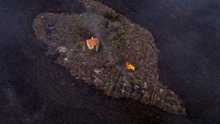 시뻘건 불기둥 용암도 피해갔다···멀쩡한 주황색 집의 정체