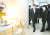 문재인 대통령이 지난해 12월 10일 오후 LH 임대주택 100만호를 기념해 경기도 화성동탄 행복주택 단지를 방문했다. 문 대통령과 김현미 국토교통부 장관, 변창흠 LH 사장(국토부 장관 후보자)이 방 2개 단층 세대 내부를 살펴보고 있다. 김성룡 기자