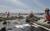 청소업체 직원들이 3일 원유로 오염된 헌팅턴비치에서 유막제거기와 오일 펜스를 설치하고 있다. AP=연합뉴스