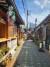 익선동의 좁은 골목 사이를 걸었다. 좁고 미로 같은 골목들 사이에는 독특한 음식점, 카페가 많았다. [사진 전명원]