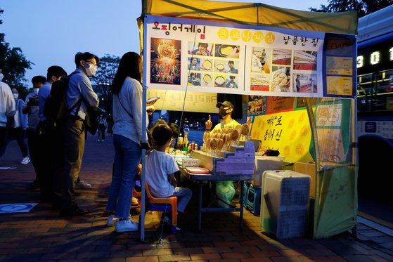 1일 서울 대학가에 위치한 안용희씨의 달고나 가게 앞이 손님들로 북적이고 있다. [로이터=연합뉴스]