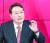 국민의힘 대선주자인 윤석열 전 검찰총장이 TV 토론회 당시 손바닥 한가운데에 '왕'(王)자를 그려놓은 장면이 카메라에 포착됐다. [MBN 유튜브 캡처]