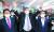 국민의힘 대선 예비후보인 윤석열 전 검찰총장이 4일 부산시 서면지하상가를 방문해 지지자들에게 인사하고 있다. 국민의힘은 오는 8일 후보 4명을 선출하는 2차 컷오프를 실시한다. 송봉근 기자