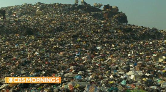 아프리카 가나의 의류 쓰레기 산. [미국 CBS 뉴스 방송 캡처]