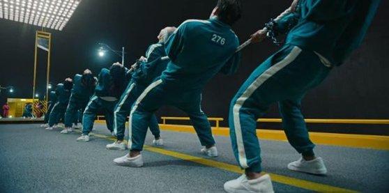 '오징어게임' 속 줄다리기 장면. 경기 초반에 뒤로 누워서 버틴다. 인터넷 캡처