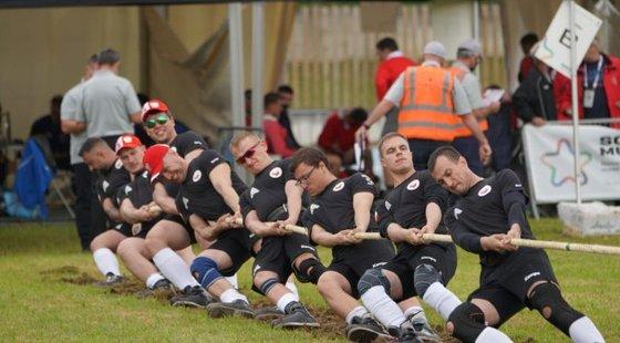 실제 줄다리기 대회 장면이다. 실외 대회는 잔디밭에서 열린다. 8명이 한 팀을 이룬다. 극의 내용과 달리 좌우 번갈아 서지 않는다. 일렬로 선다. 인터넷 캡처.