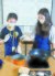 주혜리(왼쪽)·임선민 학생기자가 강봉석 명인이 만든 조청을 살펴보고 있다.