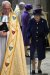 영국 엘리자베스 2세 여왕이 12일(현지시간) 지팡이를 짚고 웨스트민스터 사원에 들어가고 있다. 로이터=연합뉴스