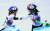 심석희(오른쪽)가 2018년 평창올림픽 쇼트트랙 여자 1000m 결승에서 팀 동료 최민정과 충돌한 후, 메달을 따지 못한 최민정의 어깨를 두드리며 위로하고 있다. [연합뉴스]