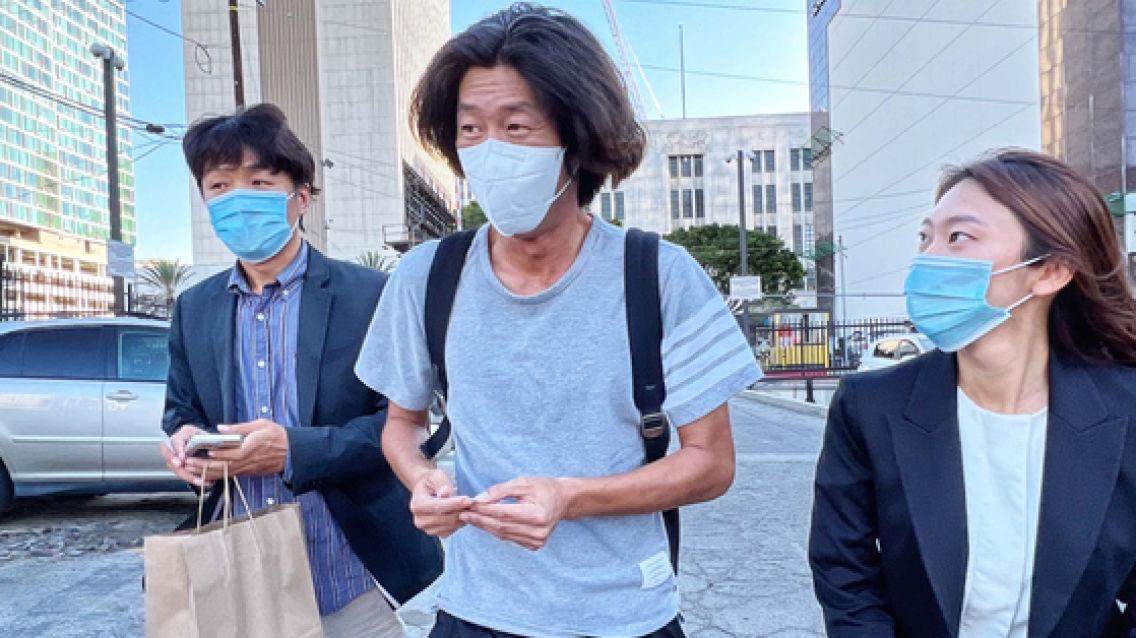 슬리퍼 차림 나타난 남욱 긴급여권 발급···'곧 한국 귀국'