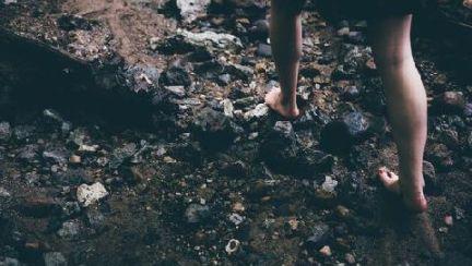 원래 맨발로 걷도록 태어났다는 인간…그러다 뱀 만나면? [맨발로 걸어라]