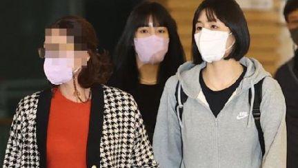 """도망치듯 출국한 이재영·다영…모친은 """"야! 고개들어!"""""""