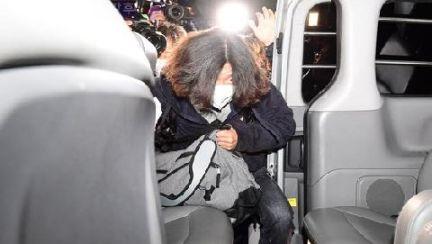 """새벽 공항서 체포된 남욱 """"죄송합니다""""…일부 시민들 욕설"""
