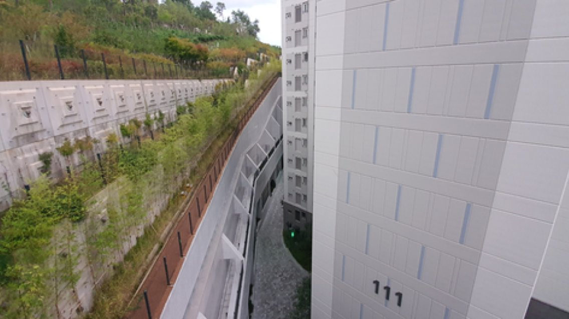 """11층까지 가린 '옹벽 아파트' 입주 넉달째 """"검증중"""" 무슨일"""