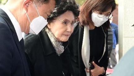지팡이 짚고 조문객 맞았다, 86세 김옥숙 여사의 남편 배웅