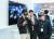 지난 1~5일 독일 하노버 산업박람회장을 찾은 관람객들이 혼합현실(MR) 장비를 둘러보고 있다. [EPA=연합뉴스]