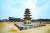 검소하되 누추하지 않고 화려하되 사치스럽지 않은 백제 건축미술의 정수를 보여주는 정림사지 5층석탑. 석탑과 강당 건물 사이에 잔디로 조성해놓은 곳이 정림사 금당터다. [박종근 기자]