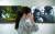 세상의 풍파로부터 가족을 지켜주는 널찍한 등판을 가진 아버지. 그런 아버지들의 모습이 담긴 사진 앞에서 한 여성 관람객이 눈물을 훔치고 있다. 김현동 기자