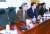 박형준 혁통위 위원장(왼쪽)이 17일 새 보수당 의원들의 불참 속에 회의를 주재하고 있다. [연합뉴스]