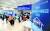 긴급재난지원금 오프라인 신청 접수 첫날인 18일 서울 종로구 청운효자동 주민센터에서 노인들이 접수를 기다리고 있다. [연합뉴스]