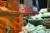 1950년 9·28 서울 수복으로 드러난 북한공산 치하 3개월의 흔적. 김일성·스탈린 대형 사진이 걸린 건물. 앞은 미 해병 M26 퍼싱전차(해병대 박물관 조형물. 당시 사진을 형상화).