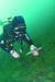 바닷속에 버려진 플라스틱 인공미끼를 다이버가 수거하고 있다. [사진 국시모]