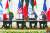 지난 15일(현지시간) 미국 백악관에서 열린 평화협정 서명식에서 압둘라티프 빈 라시드 알자야니 바레인 외무장관, 베냐민 네타냐후 이스라엘 총리, 도널드 트럼프 미 대통령, 셰이크 압둘라 빈 자예드 알나흐얀 아랍에미리트 외무장관(왼쪽부터)이 협정문을 펼쳐 보이고 있다. [EPA=연합뉴스]