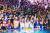 코로나19 발원지로 지목된 중국 우한에 있는 워터파크에서 8월 15일 열린 수상 파티. 수천 명이 몰렸지만, 마스크를 쓴 사람은 찾아볼 수 없다. [우한 AFP=연합뉴스]
