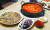 8가지 버섯이 들어간 버섯찌개(오른쪽 위)와 버섯전(왼쪽), 붉은비단그물버섯(검은빛)·황금비단그물버섯으로 만든 회(오른쪽 아래). 신인섭 기자