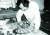 1974년 프랑스 파리의 아틀리에17에서 작업에 몰두하고 있는 한묵. [사진 갤러리현대]