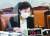 16일 국회 국토위 국감에서 송석준 국민의힘 의원이 나훈아의 '테스형'을 틀자 김현미 국토부 장관이 웃음을 참지 못하고 있다. [뉴스1]