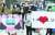 마스크 미착용 과태료 부과 첫날인 13일 오전 서울시 중구 시청역 부근에서 서울시청 직원들이 마스크 착용 캠페인을 벌이고 있다. 착용 의무 지역에는 지하철과 버스 등 대중교통은 물론 공연장·PC방·종교 시설 등 실내와 집회 및 시위·행사장 등 여러 사람이 모일 경우 실외까지 포함된다. [뉴스1]