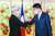 조원태 회장(오른쪽)이 17일 프랑크 리스테르 프랑스 대외통상장관과 인사하고 있다. [뉴스1]