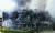 18일 오후 경기도 이천시 마장면 쿠팡 덕평물류센터 화재 현장에서 소방관들이 이틀째 진화작업을 하고 있다. 건물 뼈대가 드러났고 그 사이로 검은 연기가 계속 이어지고 있다. 큰 불길은 잡혔지만 물류센터 내에 가연성 물질이 많아 불씨가 좀처럼 잡히지 않고 있다. [연합뉴스]